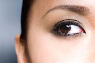 女性 瞳アップの写真素材 [FYI03214805]