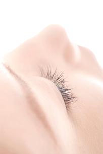 女性 閉じた眼のアップの写真素材 [FYI03214814]