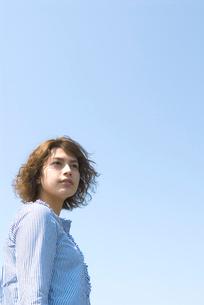 ウェーブヘアの20代女性のビューティーイメージの写真素材 [FYI03214838]