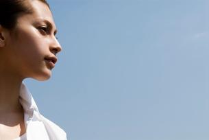 屋外の20代女性のビューティーイメージの写真素材 [FYI03214870]