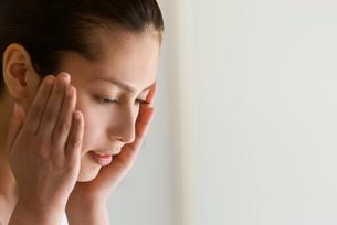 頬に触れる女性のビューティーイメージの写真素材 [FYI03214872]
