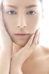 頬に触れる女性のビューティーイメージの写真素材 [FYI03214881]
