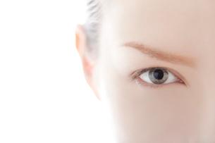 前を見つめる女性の目の写真素材 [FYI03214889]
