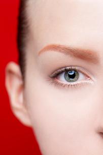 見つめる女性の目の写真素材 [FYI03214899]