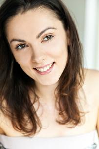 笑顔でリビングでくつろぐ20代女性のビューティーイメージの写真素材 [FYI03214947]
