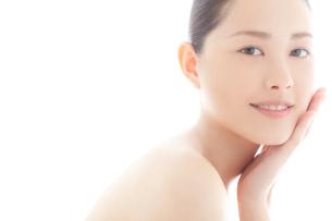 頬をなでる10代日本人女性のビューティーの写真素材 [FYI03214954]