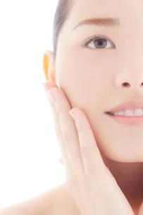 頬をなでる10代日本人女性のビューティーの写真素材 [FYI03214961]