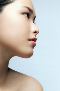 10代日本人女性の横顔ビューティーの写真素材 [FYI03214976]