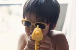 おもちゃで遊ぶ男の子の写真素材 [FYI03215114]