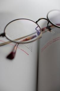 眼鏡と本の写真素材 [FYI03215122]