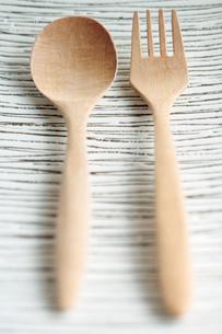 皿と木製カトラリーの写真素材 [FYI03215148]