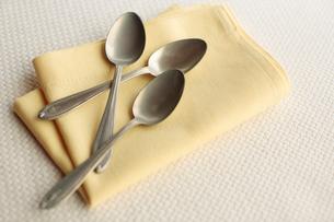 ナプキンとスプーンの写真素材 [FYI03215153]