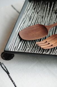 皿と木製カトラリーの写真素材 [FYI03215155]