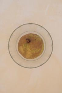 ガラス皿と洋梨の写真素材 [FYI03215159]