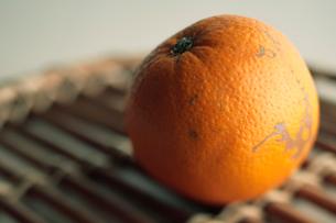 オレンジと籐のトレイの写真素材 [FYI03215166]