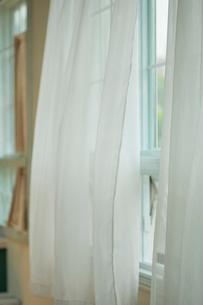 風になびくレースのカーテンの写真素材 [FYI03215222]