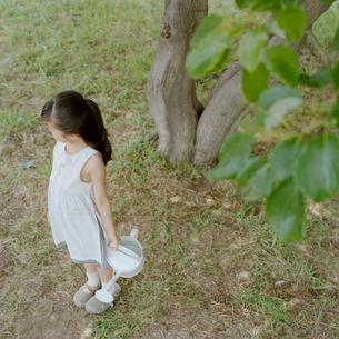 ジョーロを抱えた女の子の写真素材 [FYI03215378]