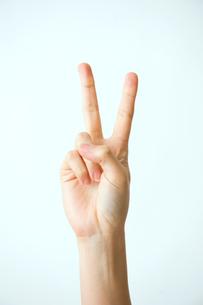 ピースした女性の手の写真素材 [FYI03215382]