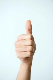 親指を立てた男性の手の写真素材 [FYI03215384]