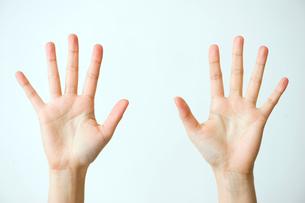 手を広げた女性の両手の写真素材 [FYI03215387]
