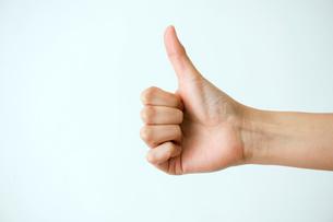親指を立てた女性の手の写真素材 [FYI03215389]