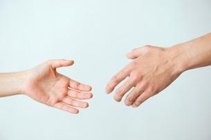 握手する女性と男性の手の写真素材 [FYI03215392]