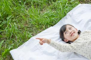 空を指差す笑顔の女の子の写真素材 [FYI03215394]