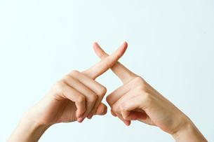 バツの形をつくる指の写真素材 [FYI03215404]