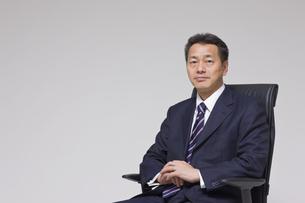 椅子に座るビジネスマンの写真素材 [FYI03215451]