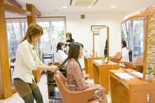 仕上がりを確認する日本人美容師の写真素材 [FYI03215456]