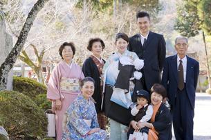 お宮参りと七五三の家族の写真素材 [FYI03215471]