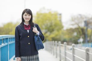 制服姿の女子高生の写真素材 [FYI03215497]