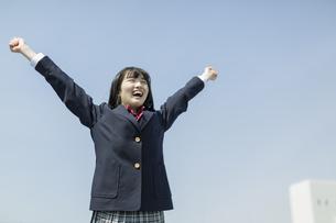 笑顔で伸びをする女子高生の写真素材 [FYI03215501]
