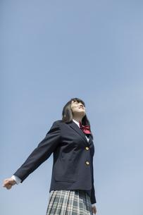 伸びをする女子高生の写真素材 [FYI03215503]