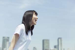 笑顔で叫ぶ女子高生の写真素材 [FYI03215514]