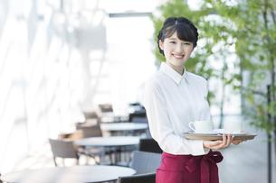 カフェで働く女性店員の写真素材 [FYI03215544]