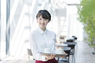 カフェで働く女性店員の写真素材 [FYI03215558]
