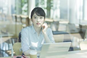 カフェで考えるビジネスウーマンの写真素材 [FYI03215606]
