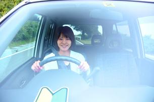 車の中の運転初心者の若い女性の写真素材 [FYI03215681]