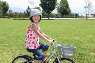 公園で自転車に乗っている少女の写真素材 [FYI03215683]