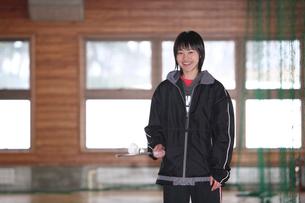 バドミントンのラケットを持つ若い女性の写真素材 [FYI03215691]