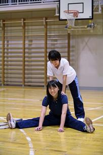 体育館で準備運動をする若い二人の女性の写真素材 [FYI03215692]
