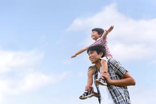 父親に肩車してもらう少年の写真素材 [FYI03215702]
