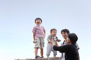 公園で遊ぶ四人家族の写真素材 [FYI03215706]