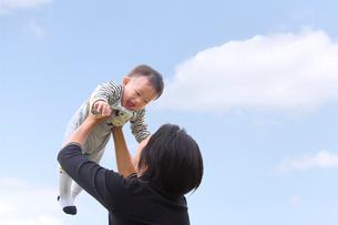 子供を抱き上げる母の写真素材 [FYI03215707]