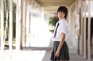 学校内の渡り廊下にいる女子学生の写真素材 [FYI03215710]