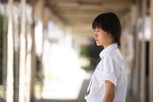 学校内の渡り廊下にいる女子学生の写真素材 [FYI03215713]