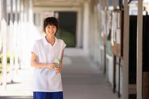 学校内の渡り廊下にいる女子学生の写真素材 [FYI03215717]