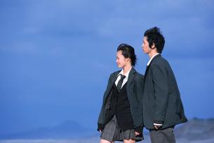 海のテトラポットに立つ男女学生の写真素材 [FYI03215738]