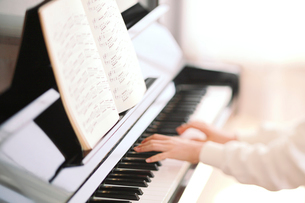 ピアノと演奏する少女の手の写真素材 [FYI03215748]